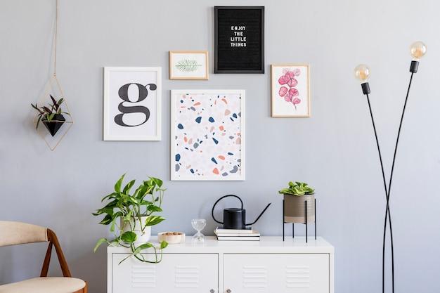 Scandinavisch concept van woonkamerinterieur met mock-up posterframes en accessoires