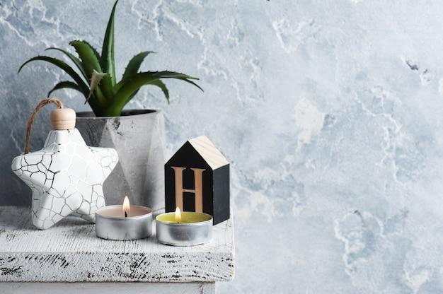 Scandinavisch interieur met brandende kaars en plantenpot