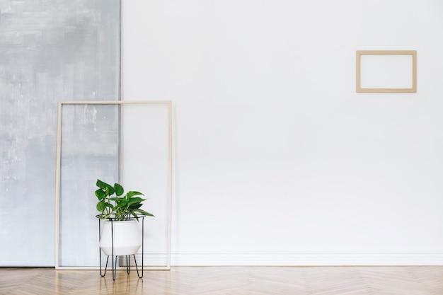 Scandinavisch interieur met plant en fotolijst