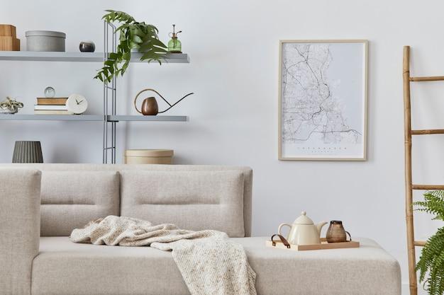 Scandinavisch interieur met stijlvolle bank, design meubelen, boekenkast, planten, decoratie, posterkaart en elegante persoonlijke accessoires. neutrale woonkamer in klassiek huis.