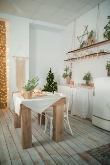 Scandinavisch keukeninterieur voor het nieuwe jaar. achtergrond voor een kerstkaart in lichte kleuren van het interieur van een rustieke keuken.