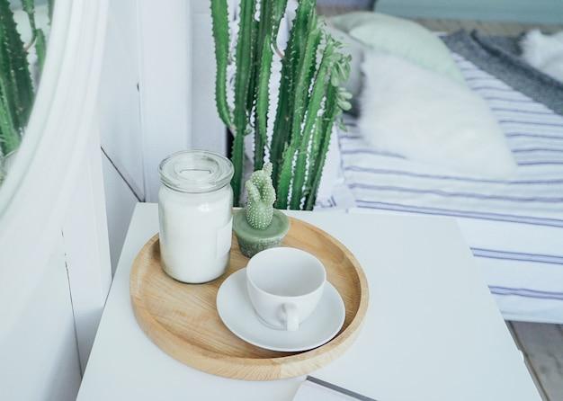 Scandinavisch modern interieur, witte tafel en spiegel in de slaapkamer Premium Foto