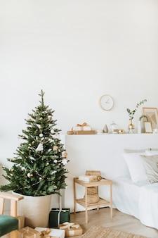 Scandinavische interieurappartementen ingericht in kerst-nieuwjaarsstijl met speelgoed, geschenken, dennenboom