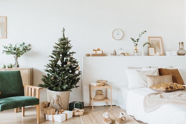 Scandinavische interieurappartementen ingericht in kerststijl met speelgoed, geschenken, dennenboom.