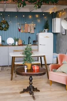 Scandinavische keuken in grijze en blauwe tinten, ingericht voor kerstmis en nieuwjaar