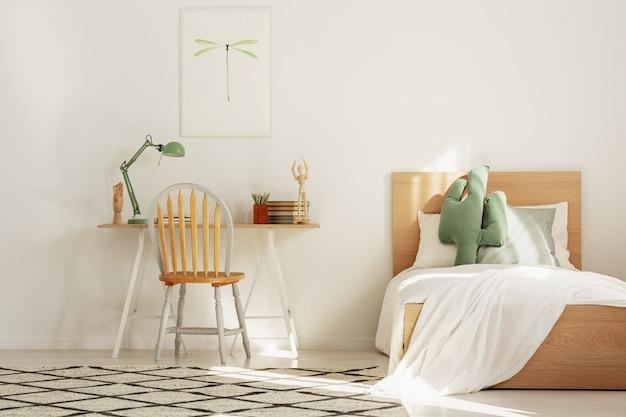 Scandinavische kinderkamer van wit en hout met bed en werkruimte