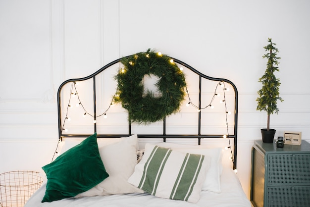 Scandinavische slaapkamer met wit en groen beddengoed