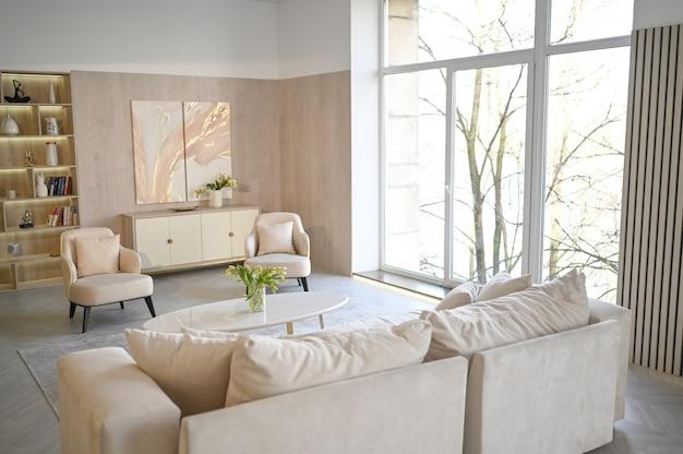 Scandinavische stijl lichte klassieke moderne luxe witte woonkamer met marmeren tafel, nieuwe stijlvolle meubels, ladekast, gezellige fauteuils, beige bank, bank. minimalistisch scandinavisch interieurontwerp