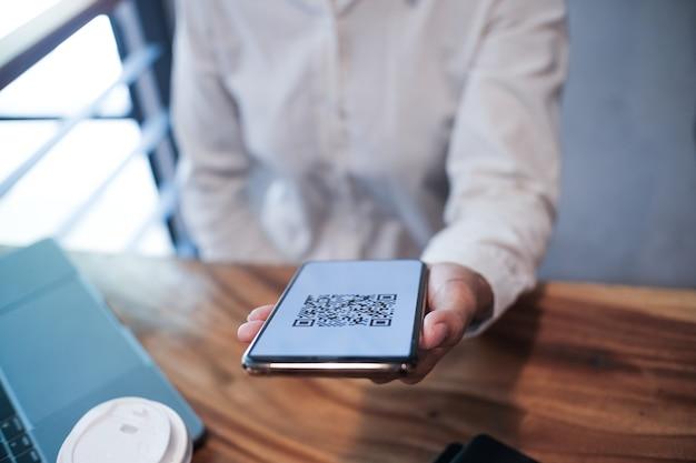 Scannen van qr-code online winkelen geldloos technologieconcept.