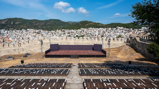 Scène en stoelen in een openluchttheater in het kavala-fort in griekenland