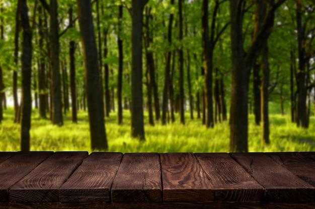 Scène-maker. lege houten dek tafel met zomer bokeh achtergrond.