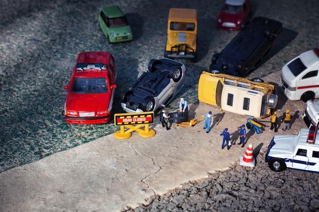 Scène van auto's miniatuur, speelgoed model ongeval op straat. verzekering terrorisme.