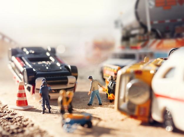 Scène van auto's (miniatuur, speelgoedmodel) ongeval op straat. verzekering / terrorismeconcept.