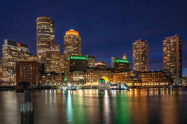 Scène van de horizon van boston van ventilatorpijler in de fantastische schemeringtijd met vlotte waterrivier