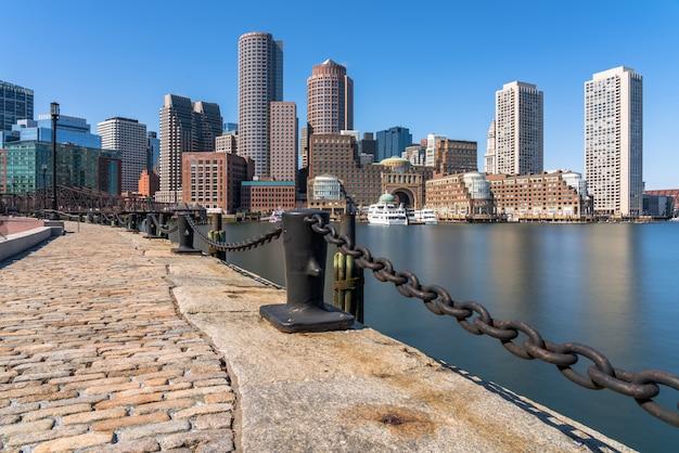 Scène van de horizon van boston van ventilatorpijler in de middag met vlotte waterrivier