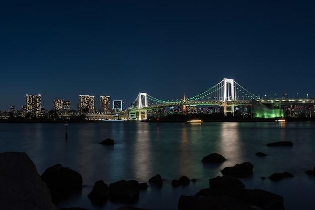 Scène van de regenboogbrug van tokyo in de schemeringtijd, odaiba, japan