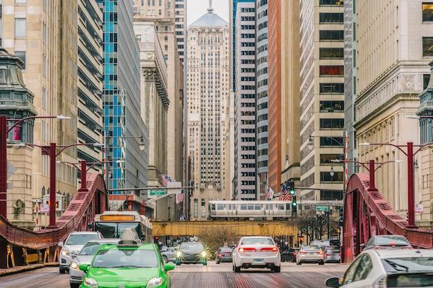 Scène van de straatbrug van chicago met verkeer onder moderne gebouwen van chicago van de binnenstad