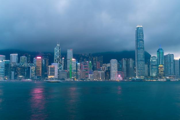 Scène van de victoria harbour in hong kong. victoria harbour is de beroemde attractie die toeristen kunnen bezoeken