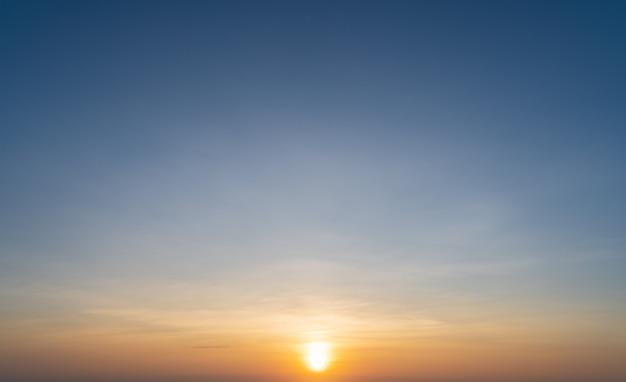 Scène van stuning kleurrijke zonsondergang wolken achtergrond