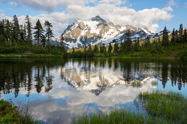 Scenic picture meer met mount shuksan reflectie in washington, usa