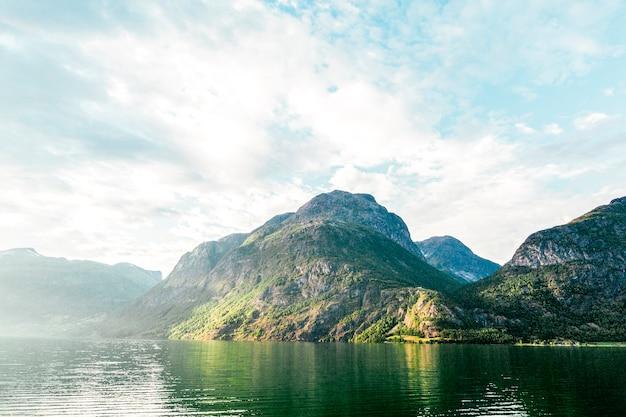 Scenics-mening van idyllisch meer met berg