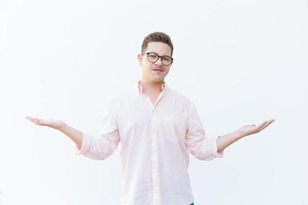 Sceptische man in brillen schouderophalend