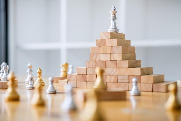 Schaak bewaart de strategie en de koning op het schaakbord
