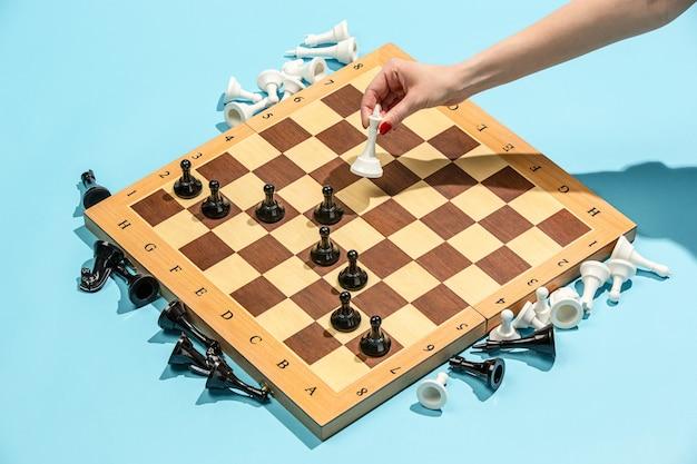 Schaakbord en spelconcept van zakelijke ideeën en concurrentie.