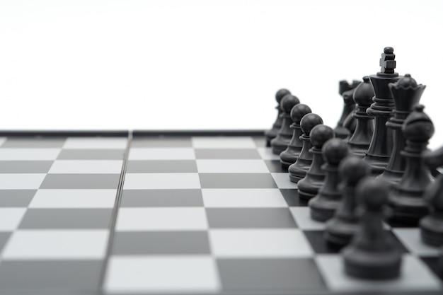 Schaakbord met een schaakstuk op de rug onderhandelen in het bedrijfsleven. als achtergrond bedrijfsconcept