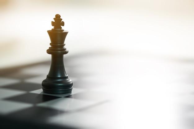 Schaakbord met een schaakstuk op de rug onderhandelen in het bedrijfsleven.