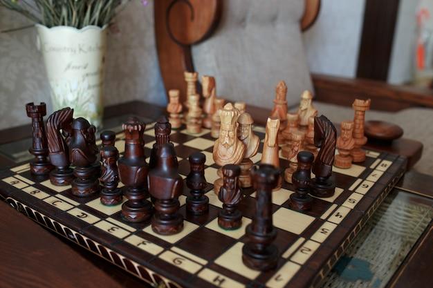 Schaakbord met schaakstukken