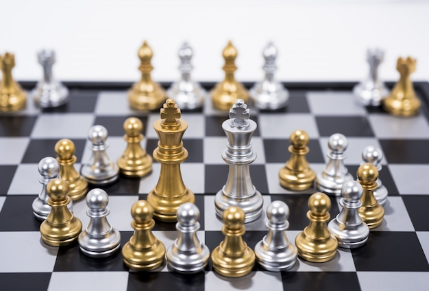 Schaakbord op witte, gouden en zilveren figuren