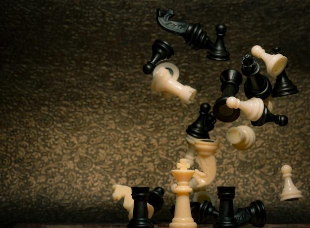 Schaakbordspel. bedrijfsstrategie management en succes concept. leider met strategische concurrentie en succes. red de koningsstrategie in het schaakspel. macht van de koning en win spel.