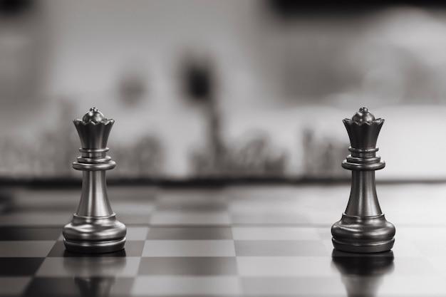 Schaakbordspel concurrentie bedrijfsconcept, selectieve focus op schaakstukken,