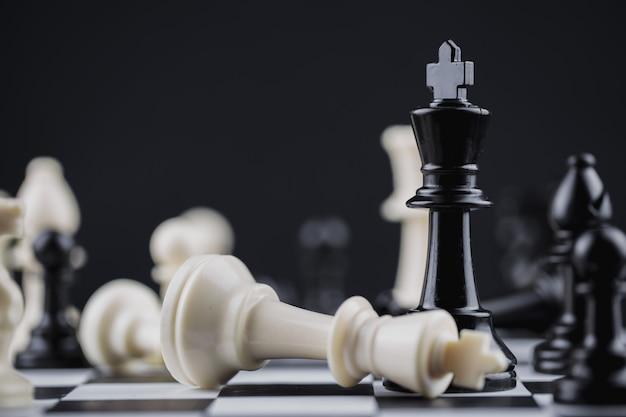 Schaakbordspel strategie, planning en besluit concept.