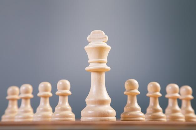 Schaakbordspelconcept voor ideeën en concurrentie en strategie, zakelijk succesconcept