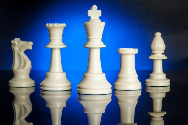 Schaakfiguren met blauwe achtergrondverlichting