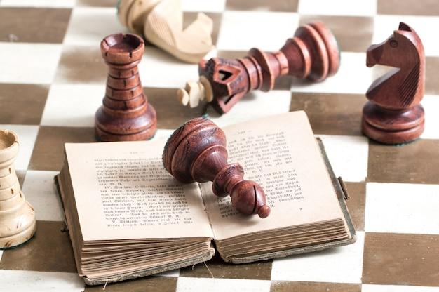 Schaakfiguren met boek
