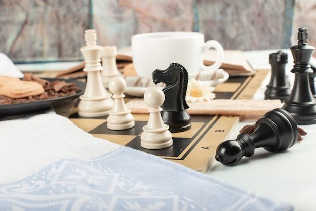 Schaakfiguren op een schaakbord