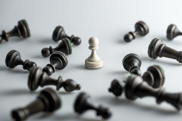 Schaakfiguur, bedrijfsstrategie, leiderschap, team en succes