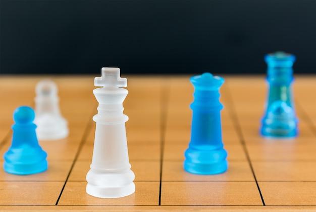 Schaakglas op een houten schaakbord