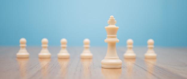 Schaakkoning staat om in de buurt te zijn van ander schaken concept van een leider moet moed en uitdaging hebben