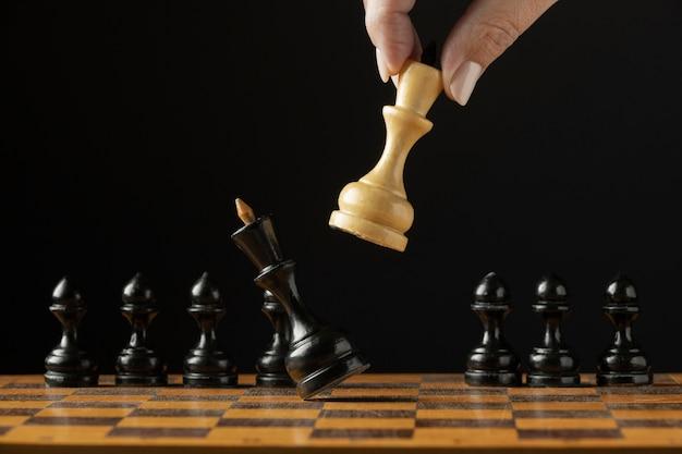 Schaakmat aan zwarte koning op schaakbord. succes concept