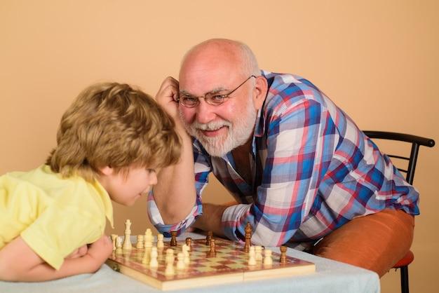 Schaakspel grootvader die kleinzoon leert schaken familierelatie met grootvader en