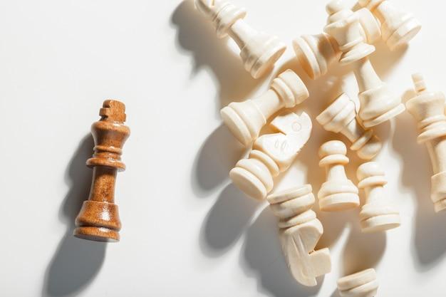 Schaakspel of schaakstukken op witte achtergrond