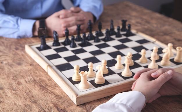 Schaakspel spelen. concurrentie strategie concept