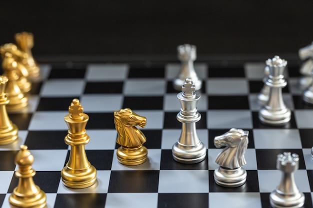 Schaakspel, zet het bord klaar om te spelen in zowel gouden als zilveren stukken blur6
