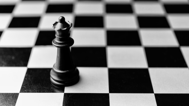 Schaakspel. zwarte koningin die voor de overwinning uitdaagt.
