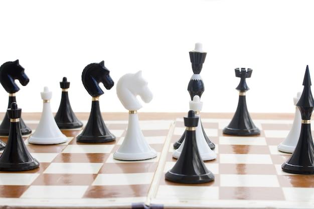 Schaakspelstukken op schaakbord op witte achtergrond worden geïsoleerd die