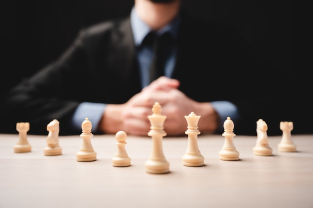 Schaakstrategie voor zakelijk leiderschap en team in succesconcept, game king leader-competitie met teamwork power challenge, pion stuk spelen aan boord, overwinningsintelligentie van schaakbord